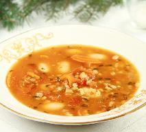 Zupa grzybowa z kaszą pęczak, fasolą i pomidorami