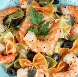 Sałatka makaronowa z krewetkami: przepis na danie główne na karnawałowe przyjęcie