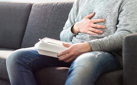 Salmonelloza: jak można zarazić się salmonellą? Jak uniknąć zatrucia? Co jeść, gdy chorujesz?