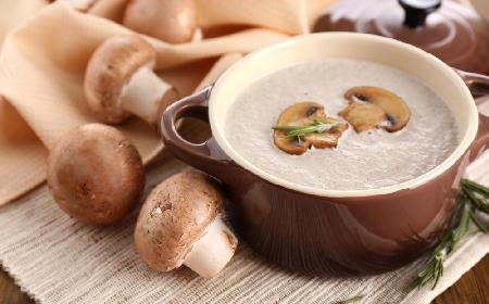 Rozgrzewająca zupa z brązowych pieczarek