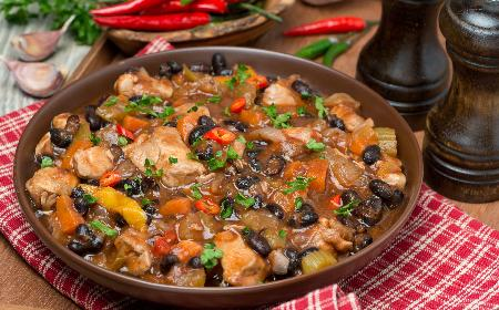 Gulasz z kurczaka z czerwoną fasolą w sosie pomidorowym