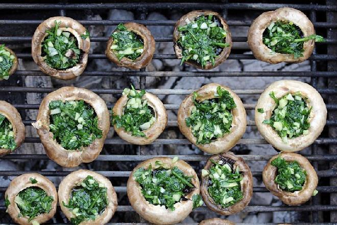 Pieczarki nadziewane czosnkiem i pietruszką z grilla: dobry przepis