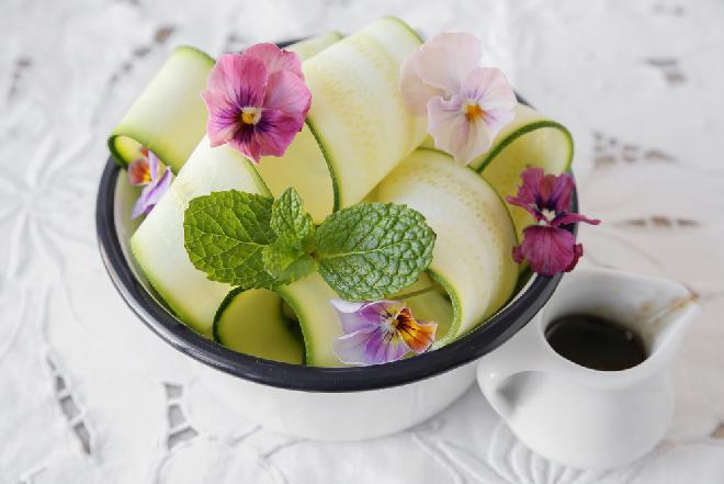 Zielona sałatka z cukinii i fasolki szparagowej