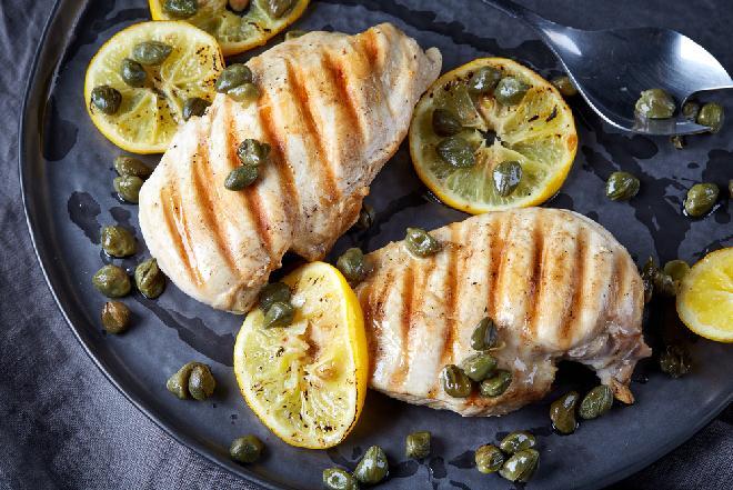 Filet z kurczaka z sosem kaparowym - pomysł na obiad