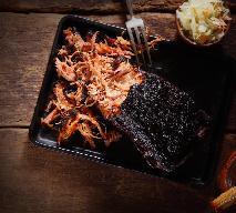 Szarpana wieprzowina: najlepszy przepis na łopatkę wolno pieczoną