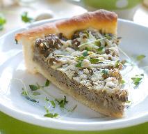 Tarta z mięsnym nadzieniem pod serową posypką - doskonała jako dodatek do barszczu!
