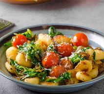 Kopytka z mozzarellą, pomidorami i bazylią