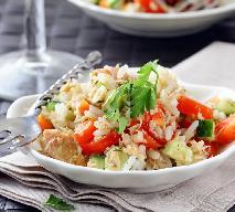 Sałatka z gotowanej ryby z ryżem i pomidorami - sycąca i smakowita sałatka rybna