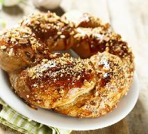 Ciasto cukrowe z orzechami laskowymi - przepis na puszysty orzechowy drożdżowiec
