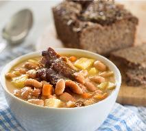 Prawdziwa zupa fasolowa jak u babci: łatwy przepis na fasolówkę na wędzonych żeberkach
