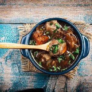 Gulasz wołowy ze szparagami - przepyszne sezonowe danie