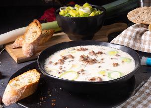 Przepyszna zupa serowa z porami i mielonym mięsem: gotowa w 30 minut