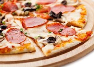 Domowa pizza na cienkim i chrupiącym cieście