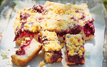 Placek drożdżowy z wiśniami: najszybsze ciasto z owocami i kruszonką