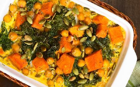 Zapiekanka z pieczonymi warzywami i dwoma rodzajami kaszy