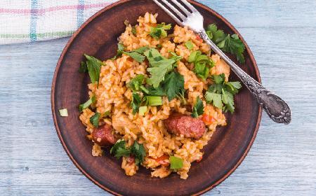 Pożywny ryż z kurczakiem i kiełbasą: prosty przepis na smaczny i tani obiad