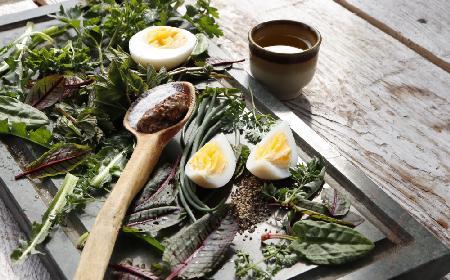 Sałatka z krwistego szczawiu, szpinaku i jajka - efektowna dawka zdrowia