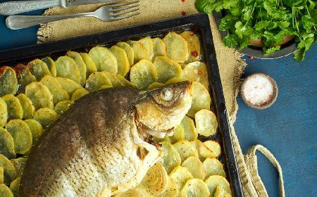 Karp z piekarnika: przepis na karpia pieczonego z talarkami ziemniaczanymi
