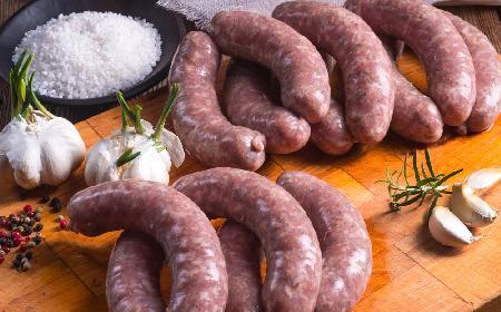 Francuska kiełbasa czosnkowa z karkówki: domowa kiełbasa niepeklowana [WIDEO]