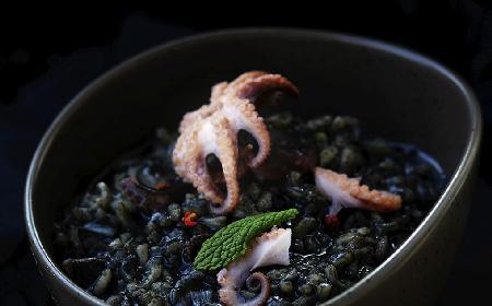 Halloween: przepis na czarne risotto z ośmiorniczkami
