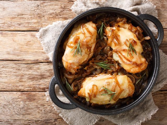 Smakowita pierś kurczaka pieczona z karmelizowaną cebulą i serem