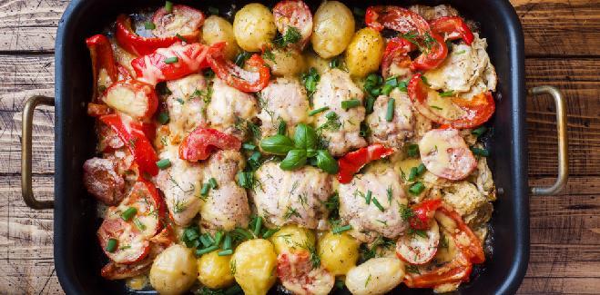 Udka kurczaka z blachy: przepis na udka pieczone z ziemniakami i papryką