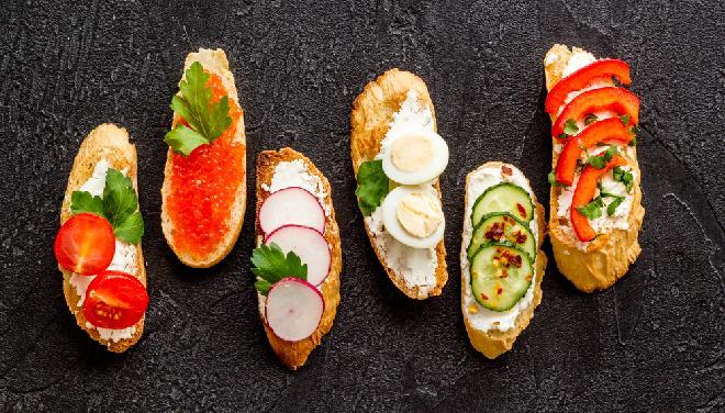 Kanapki z ikrą, salami, jajkiem, sardynką