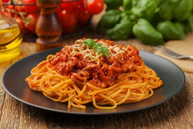 Spaghetti bolognese: przepis na włoskie danie dla 4 osób [WIDEO]