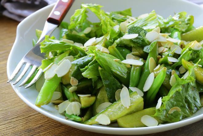 Chrupka sałatka z fasolki szparagowej i ogórków małosolnych