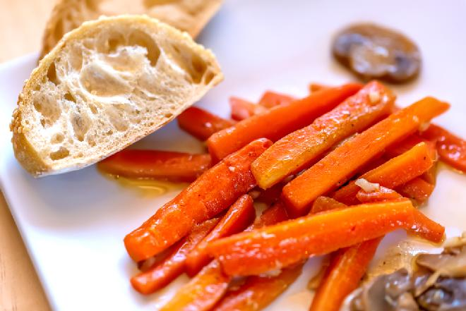 Marchewki duszone w brzoskwiniowym sosie