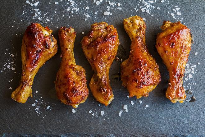 Najlepsze pieczone pałki kurczaka: wystarczą 4 składniki i 45 minut w piekarniku