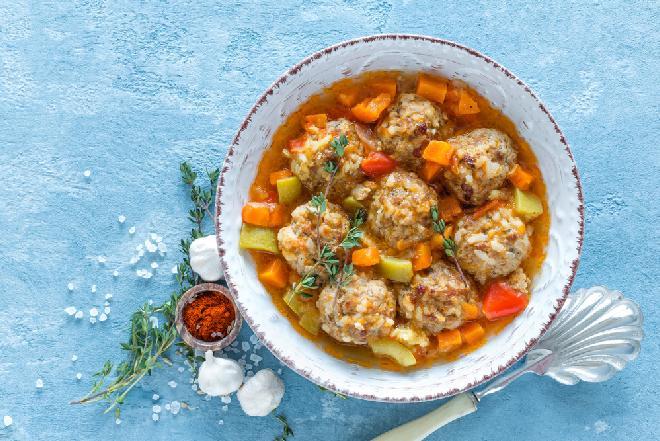Warzywne leczo z cukinii z klopsikami z mięsa mielonego i ryżu