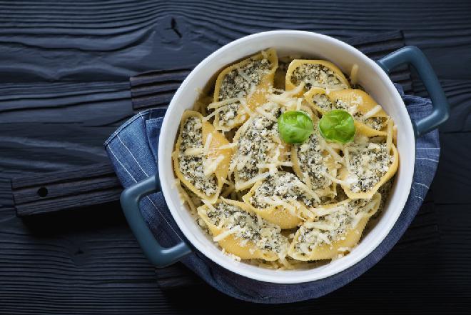 Makaron ze szpinakiem i orzechami laskowymi - przepis na pyszne danie kuchni włoskiej