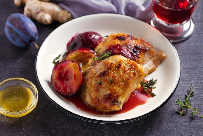 Pikantne udka kurczaka pieczone ze śliwkami: łatwy przepis na obiad rozpływający się w ustach