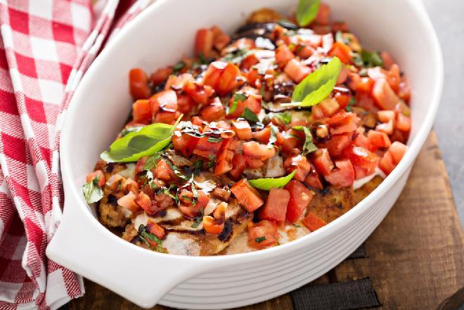 Pierś kurczaka a la bruschetta: przepis na soczysty filet drobiowy zapiekany pod pomidorami