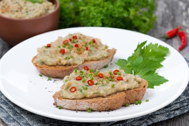 Superoszczędny pasztet z tłuczonych ziemniaków i fasoli z puszki - pyszne warzywne smarowidło do pieczywa