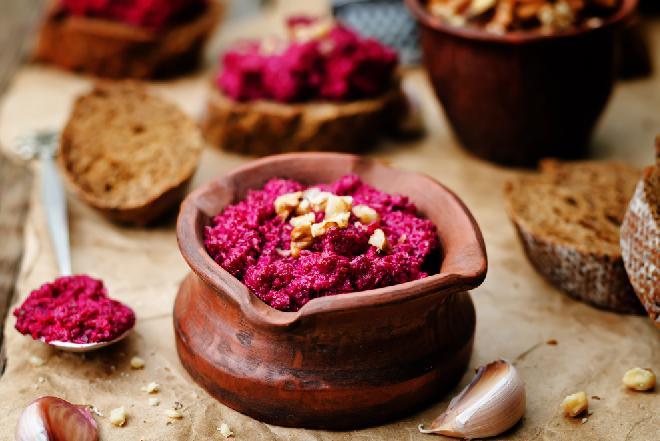 Pesto z czerwonych buraków: przepis na zdrowy dodatek do kanapek