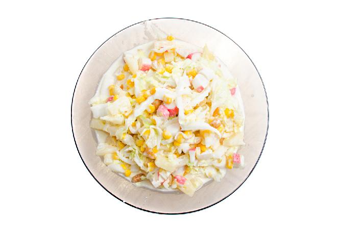 Surówka ze słodkiej kapusty z marchewką i ananasem [przepis]